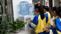 如今净水器已经走进多家校园,学生们都需要纯净水